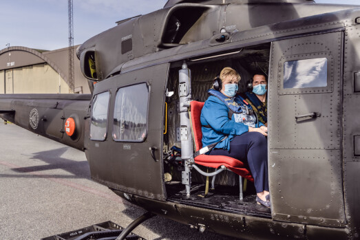 TAKEOFF: Erna Solberg fikk se flybasen fra vinduet på et Bell 412