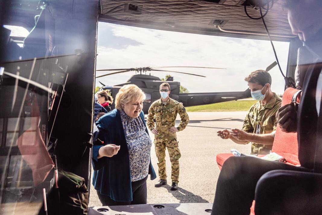 RYGGE: Statsminister Erna Solberg på vei inn i et Bell 412 helikopter på Rygge.