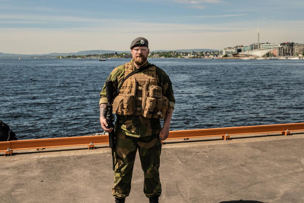 BEREDSKAP: HV soldat Stian Kjeldsrud står vakt på kaianlegget på Akershus i forbindelse med at USS Mount Whitney kommer til Oslo.