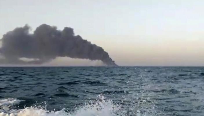 BRANT OG SANK: Røyken steg opp fra forsyningsskipet Kharg som brant før det sank i Omanbukta onsdag.