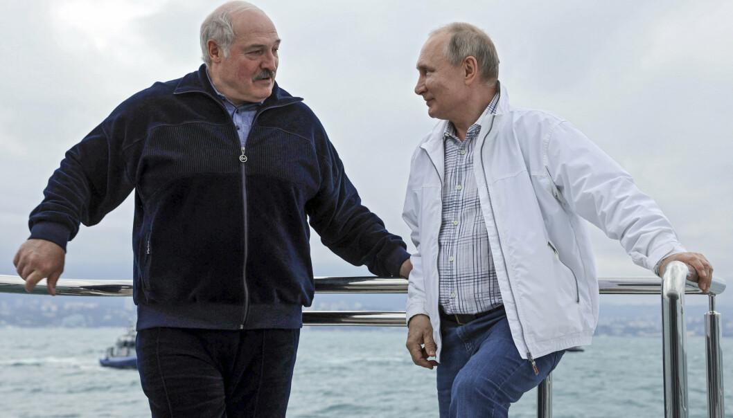 BÅTTUR: Aleksandr Lukasjenko har gjort seg stadig mer avhengig av Russland, skriver Karen-Anna Eggen. Her er Lukasjenko på båttur med Vladimir Putin.
