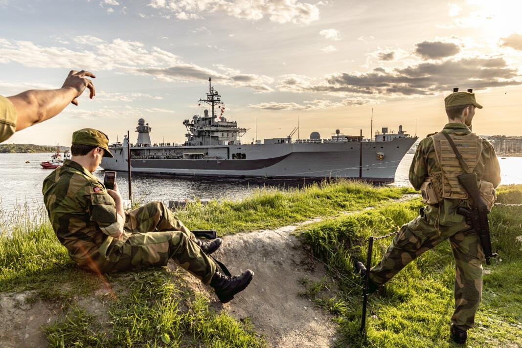 PÅ VAKT: Heimevernet passer på mens «USS Mount Whitney» ankommer Akershuskaia.