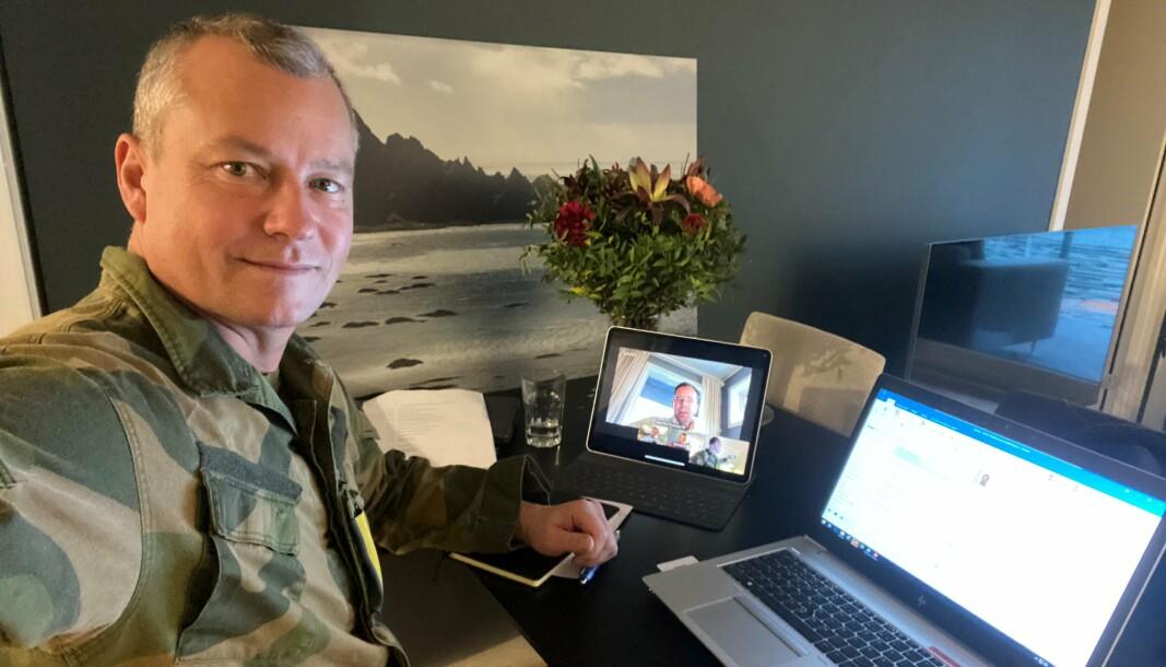 HJEMMEKONTOR: I koronatider sitter også kommunikasjonssjefen for Forsvarssjefen på hjemmekontor. Bildet er fra tidligere i vinter da han ble intervjuet av KOM24 om sin arbeidsdag.