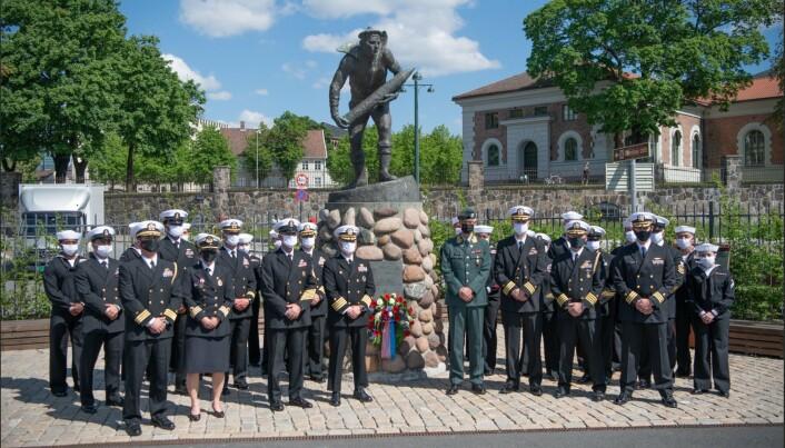 KRANSENEDLEGGELSE: Offiserer fra Norge og USA avbildet foran monumentet Orlogsgasten, i forbindelse med en kransenedleggels onsdag.