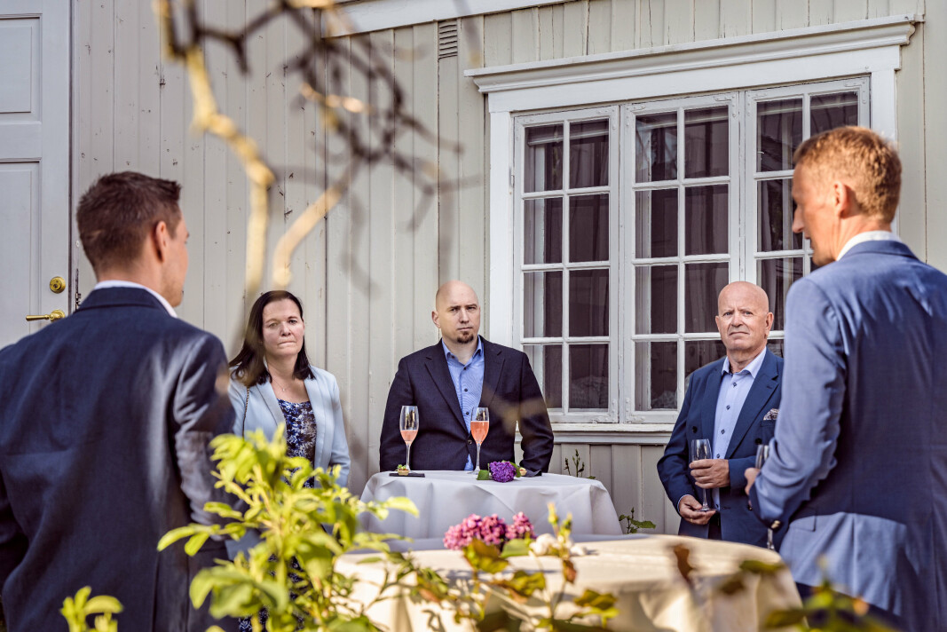 Forsvarssjef Eirik Kristoffersen sier han vil invitere gjestene på gjensynstreff om to år. I midten står militærassistent for forsvarssjefen, Åge Johan Dalslott.