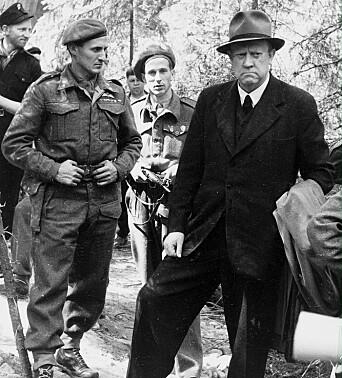 HISTORISK: Vidkun Qvisling i Trandumskogen i 1945, når han og andre dømte landsvikere måtte se på utgravingen av massegravene.