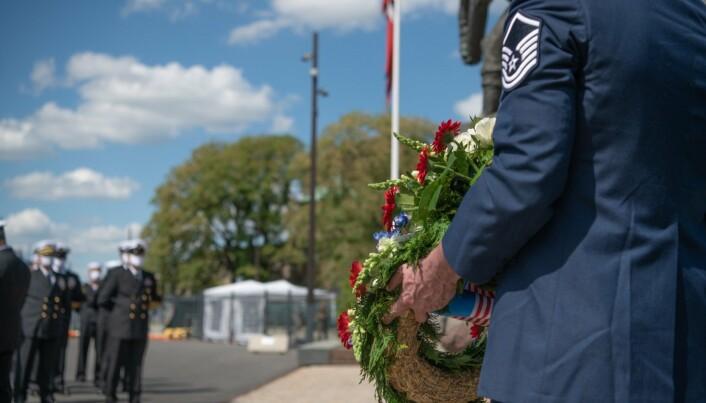 OPPSTILT: Mannskapet fra USS Mount Whitney sto oppstilt under seremonien.