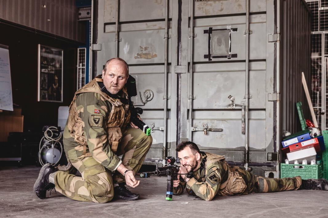 LASER-SKYTING: Oversersjant Bård Kristiansen (t.v.) og mestersersjant Alexander Ruud driver blinkskyting med laser inne i en lagerhall.