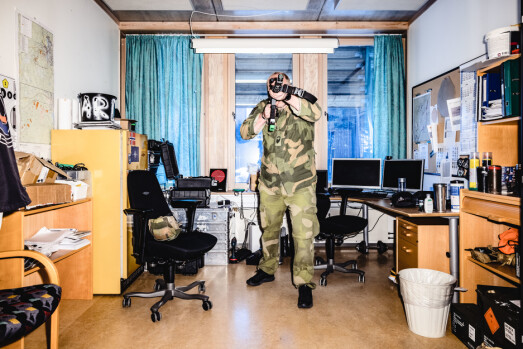 BLINK: Oversersjant Bård Kristiansen driver «skytetrening» på kontoret med E-blanks.