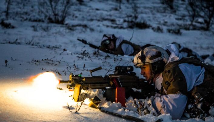 MINIMI: Skyting med lett maskingevær og rødplast.