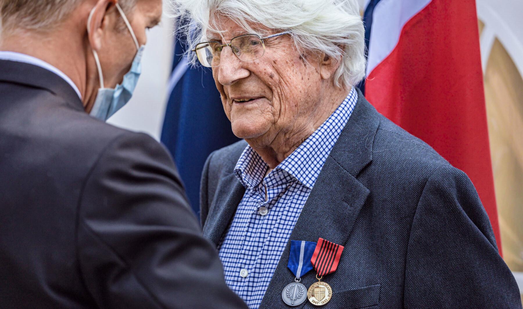 Utdeling av medaljer til veteraner fra Tysklandsbrigaden. John Jakob Texmon (mye, hvitt hår), Arne Johan Eliassen (lyseblå beret) og Tor Anton Johannessen.