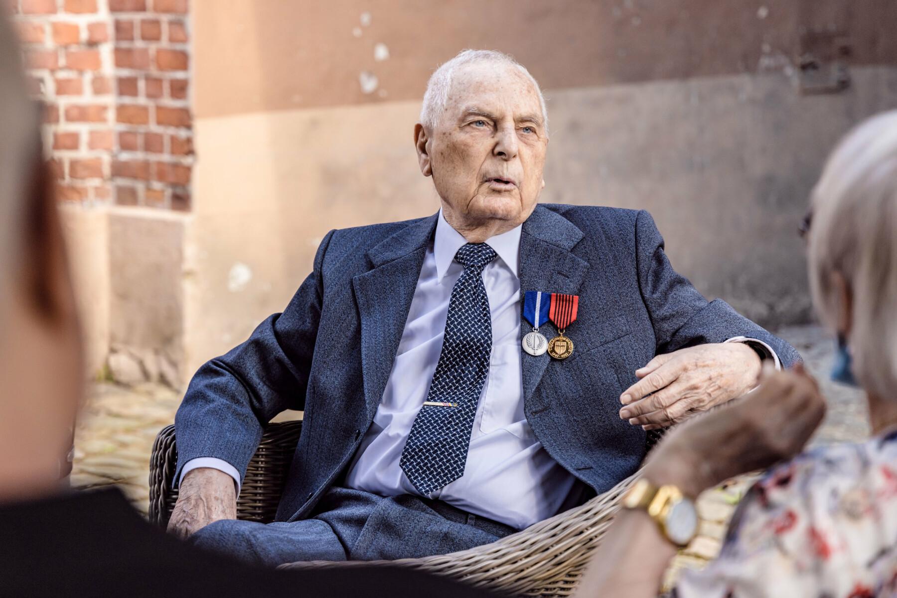 Tor Anton Johannessen forteller om sine opplevelser fra krigsårene.