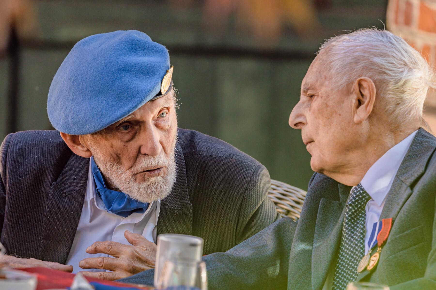 Arne Johan Eliassen og Tor Anton Johannessen i samtale over bløtkake og kaffe etter medaljeseremonien.