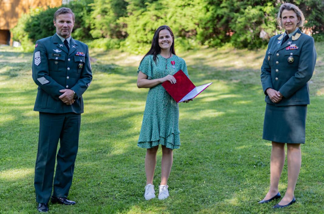 OVERRASKELSE: Jennie-Lousie Nordheim Bjerke (midten) visste ikke at hun skulle får Forsvarsmedaljen. Her sammen med sjefssersjant i Heimevernet Gjert Grave og sjef Heimevernet Elisabeth Michelsen.