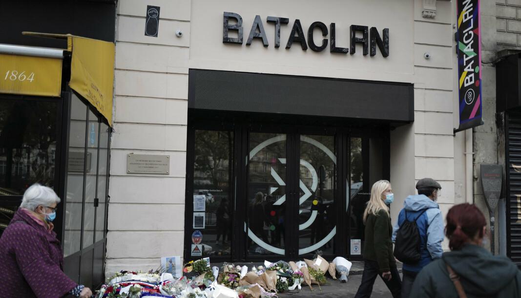 TERROR: Utsiden av Bataclan konserthall, blomster er lagt ned i minne.