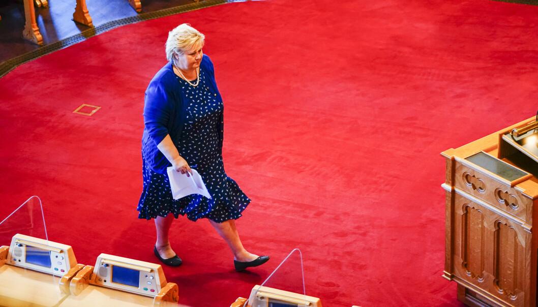 STORTINGET: Statsminister Erna Solberg (H) på vei opp på talerstolen i Stortinget.