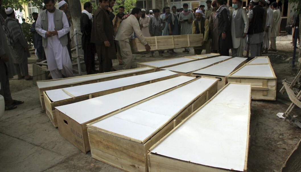 DREPT: Kister med ofrene for angrepet tirsdag kveld ligger på bakken ved et sykehus i Baghlan-provinsen onsdag.