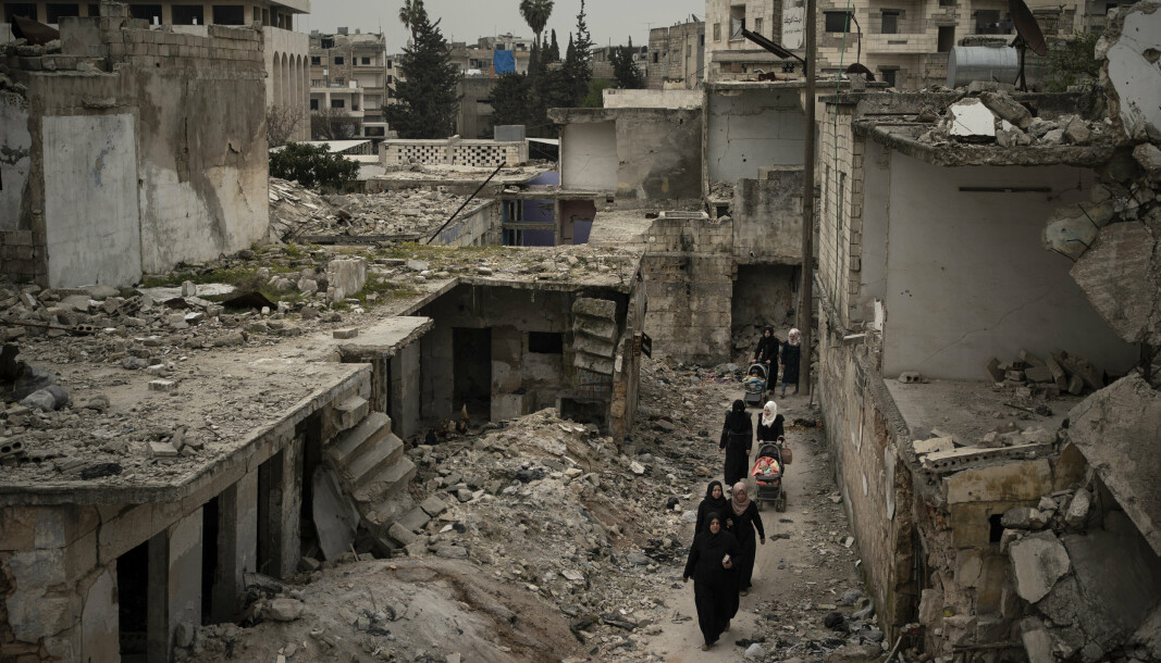 IDLIB: Kvinner går gjennom et område i Idlib ødelagt av krig.