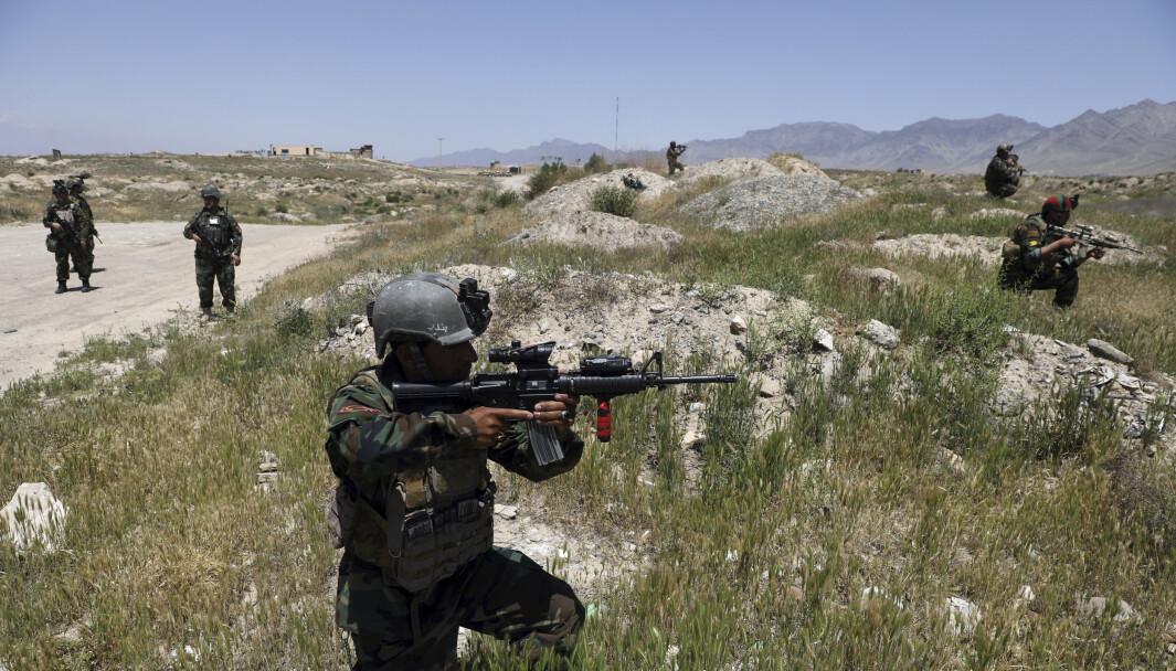 AFGHANISTAN: Taliban tar kontroll over stadig nye områder i Afghanistan. Her ser vi soldater fra den afghanske hæren i utkanten av Kabul i mai 2021.