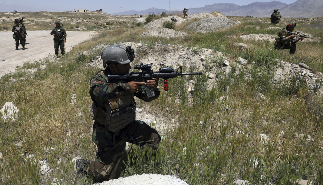 TALIBAN: Afghanske soldater blir drept og truet av Taliban. Her er en afghansk soldat utenfor basen i Kabul i 2021.