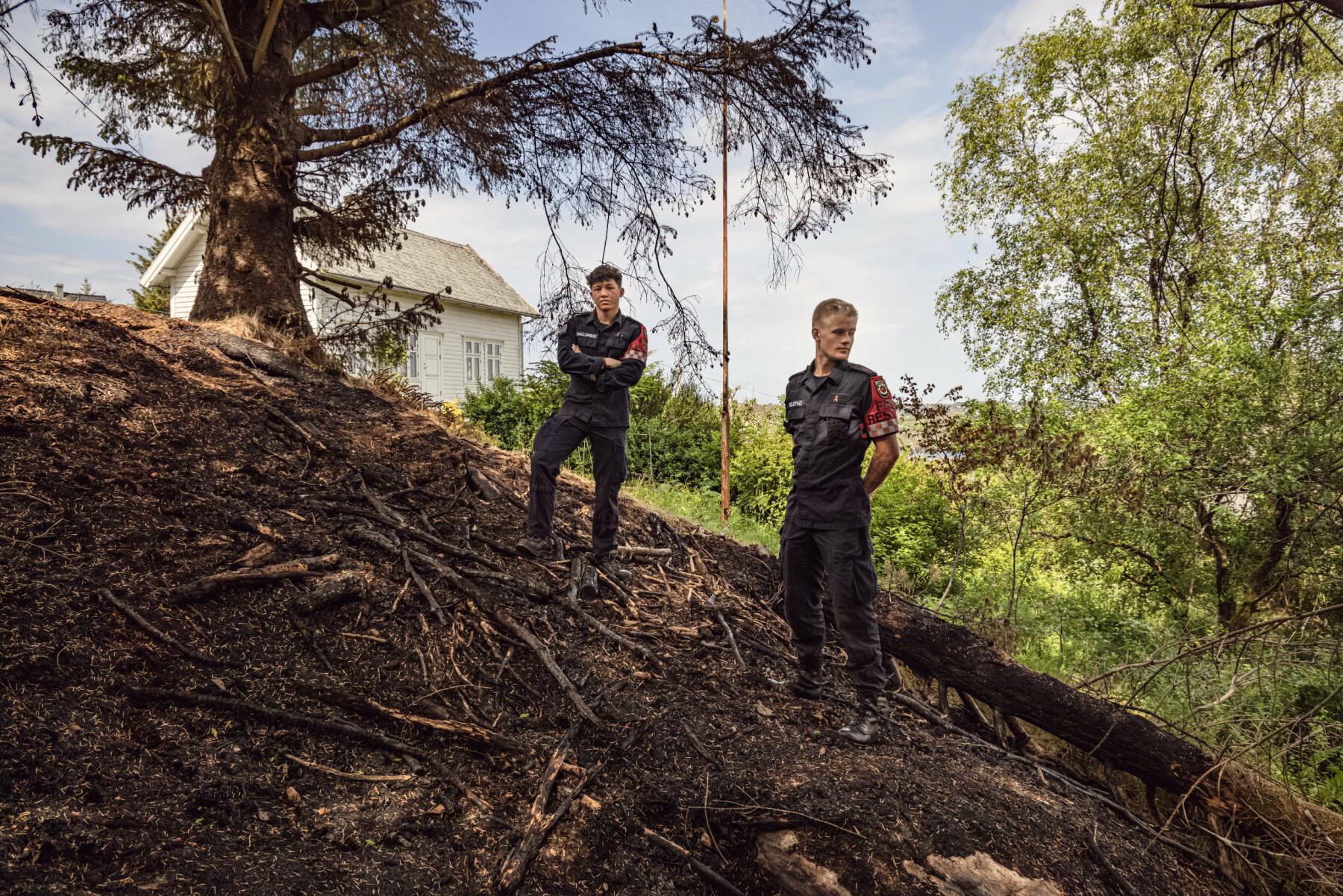 REDDET HUS: Sindre Kolstad (t.h) jobbet mot at flammene skulle spre seg til huset.