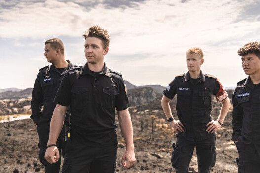 FORNØYD: Brannkonstabel Hans Kristian Bremnes er fornøyd med innsatsen til de vernepliktige soldatene. Her ser de utover området hvor brannen har herjet.