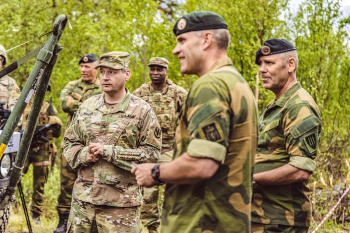 TRIO: Oberst Daniel Miller (t.v.) sjef Hæren Lars Lervik og sjef FOH Yngve Odlo.