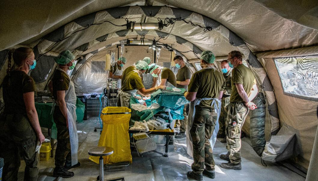 OPERERER: I feltsykehuset til Sanitetsbataljonen blir det trent på krigskirurgi på levende griser.