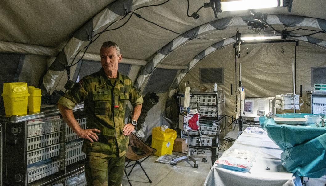 Overlege Steinar Havik under øvelse Thunder Bolt ved Porsangmoen. Slik ser en operasjonsstue ut i feltsykehuset Role 2.