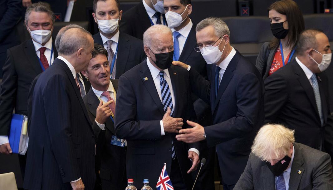 TOPPMØTE: Natos generalsekretær Jens Stoltenberg i samtale med USAs president Joe Biden på Natos toppmøte i Brussel mandag.