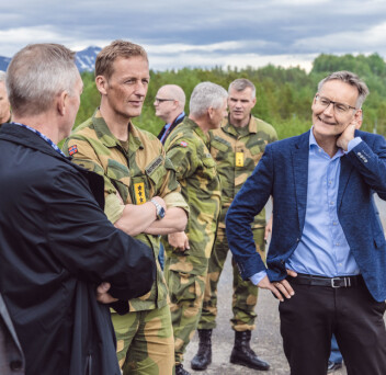 DRONEOPPVISNING: Eirik Kristoffersen og Frank Bakke-Jensen prater med administrerene direktør i FFI, Espen Skjelland i forkant av en droneoppvisning på åpningen.