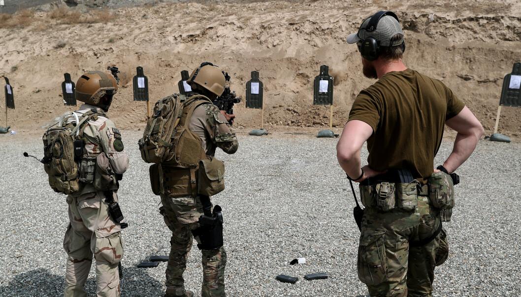 TRENING: Den afghanske avdelingen Crisis Response Unit 222 på skytebanen sammen med en spesialsoldat fra Marinejegerkommandoen i Kabul.