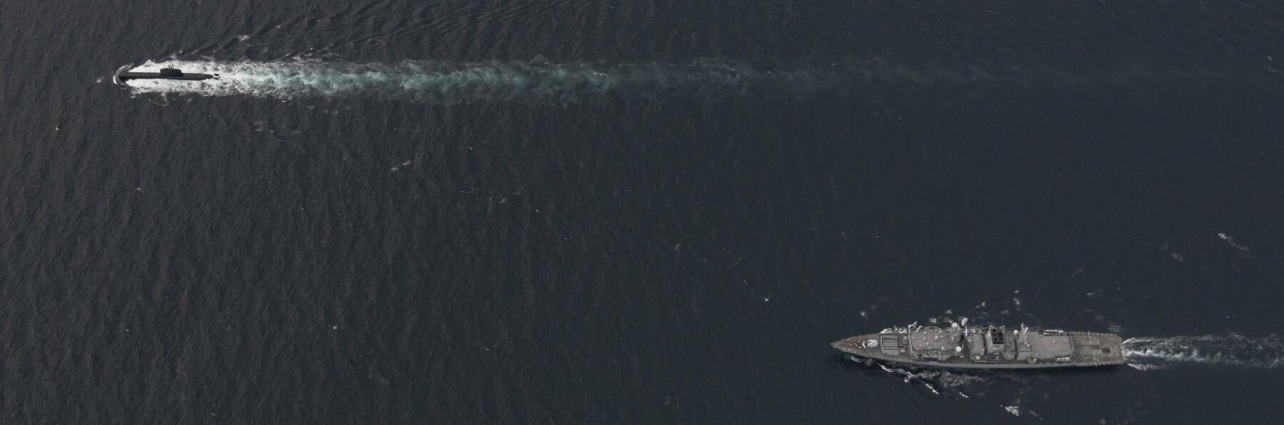 TRENER: KNM Uredd trener med den britiske fregatten HMS Northumberland under øvelse Grüner Aal.