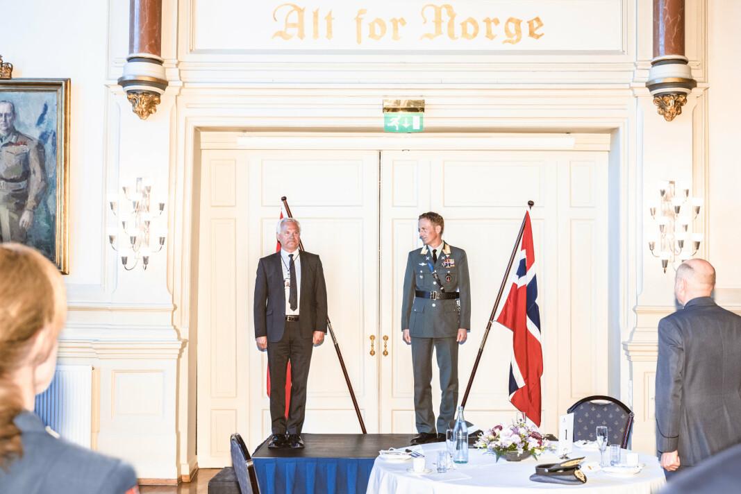 SJEFSBYTTE: Forsvarssjefen takket av Petter Jansen etter ti år som direktør i Forsvarets logistikkorganisasjon. Overtageren er generalmajor Lars Christian Aamodt (til høyre i bildet).