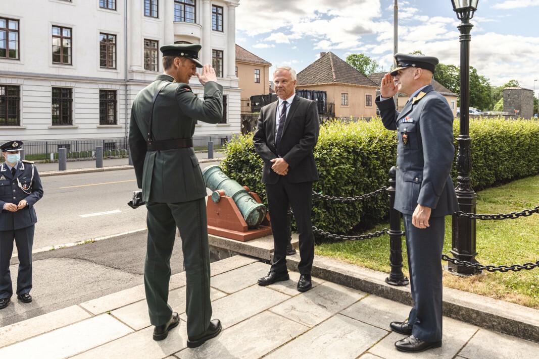 TAKKET AV: Forsvarssjef general Eirik Kristoffersen takket av Petter Jansen og satt inn Lars Christian Aamodt som sjef for FLO.