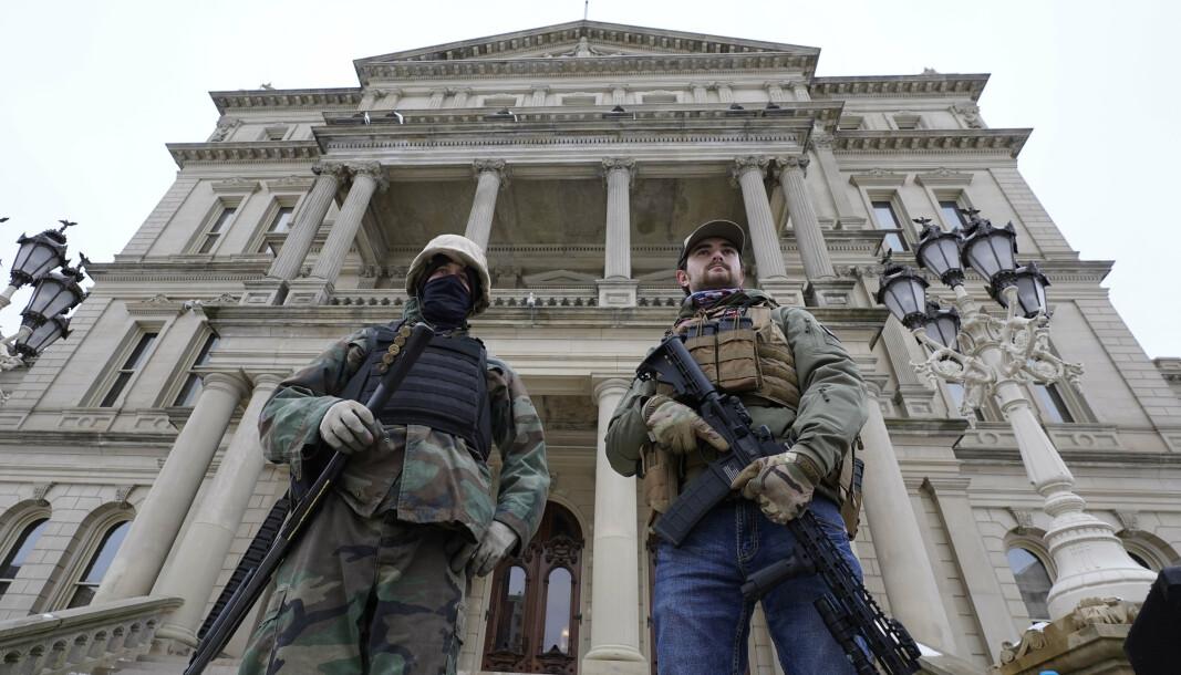 NY STRATEGI: Bevæpnende menn utenfor kongressbygningen i Lansing i Michigan i januar 2021. Nå har USA laget en strategi mot innenlansk ekstremisme.