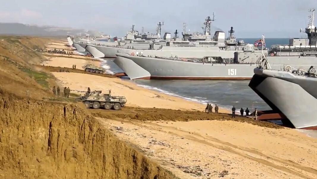 ØVELSE: Russiske soldater under en øvelse på Krim-halvøya i Ukraina i april.