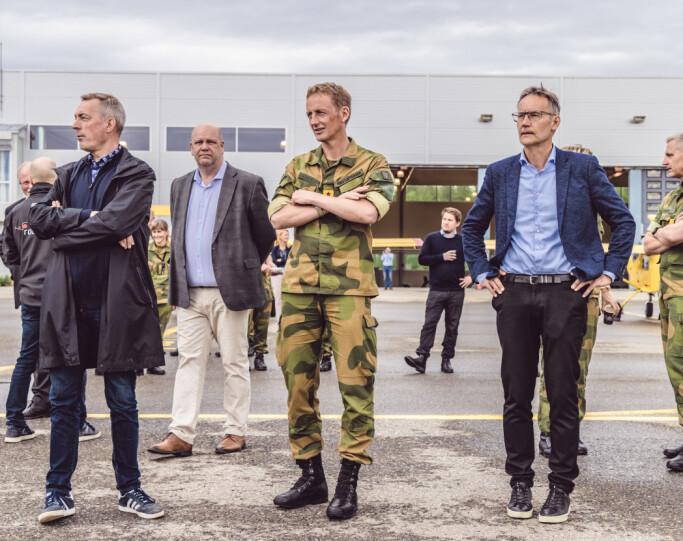 FORSVARSTOPPER: Forsvarsminister Frank Bakke-Jensen, Forsvarssjef Eirik Kristofferen og administrerende direktør i FFI, Espen Skjelland, følger med på droneoppvisningen.