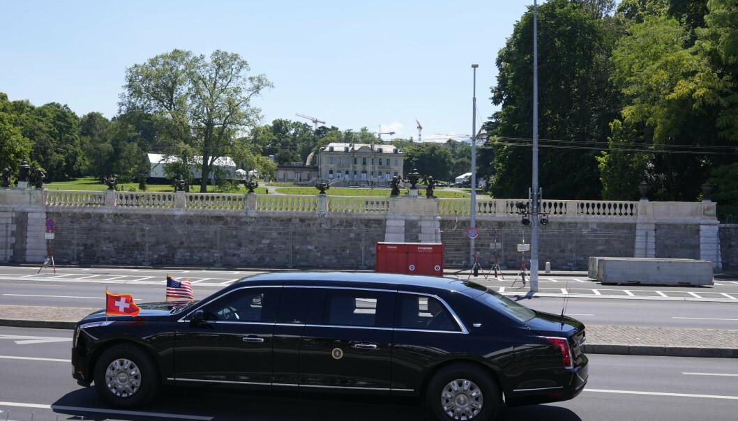 LIMOUSIN: Joe Bidens limousin ankommer historiske Villa La Grange i Genève, der toppmøtet finner sted.
