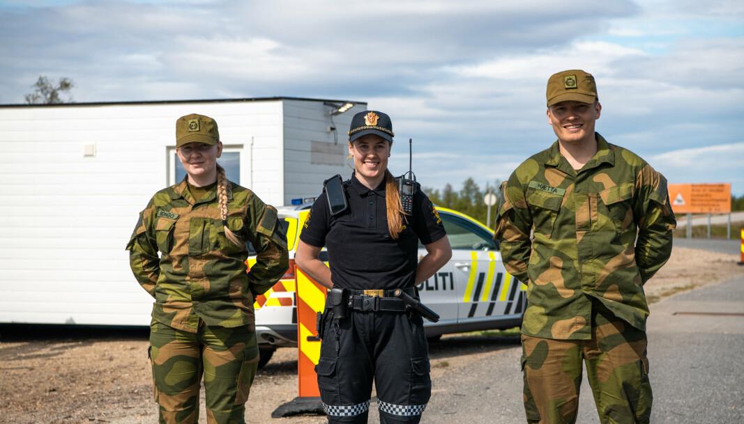 SAMARBEID: Politiet og Heimevernet utfører grensekontroll på grenseoverganger i Finnmark. Her ser du (f.v.) Sara Bongo, Viktoria Wisløff og Ole Nikolai Hætta.