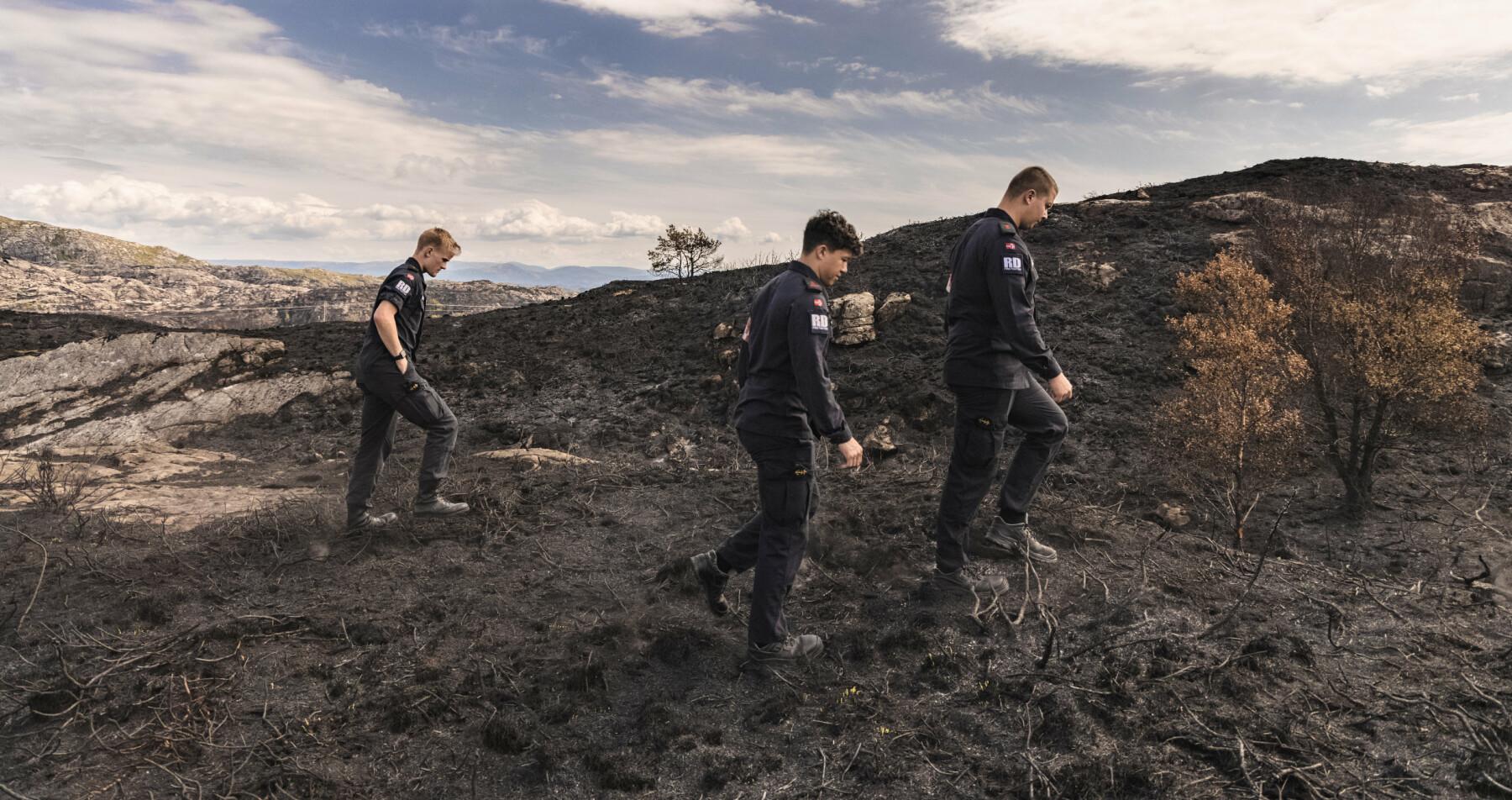 Vi blir med brannvernsoldater fra Haakonsvern ut til Sotra hvor de var med på å slokke en stor brann i området. Brannvernkonstabel: Hans Kristian Bremnes. Brannvernsoldater: Sinde Kolstad (lyst hår), Daniel Bolme og Marius Hallgren (krøller).