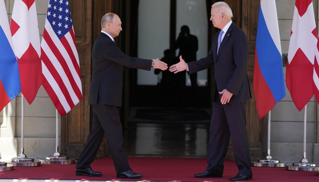 HILSER: USAs president Joe Biden and Russlands Vladimir Putin håndhilser i Genève.