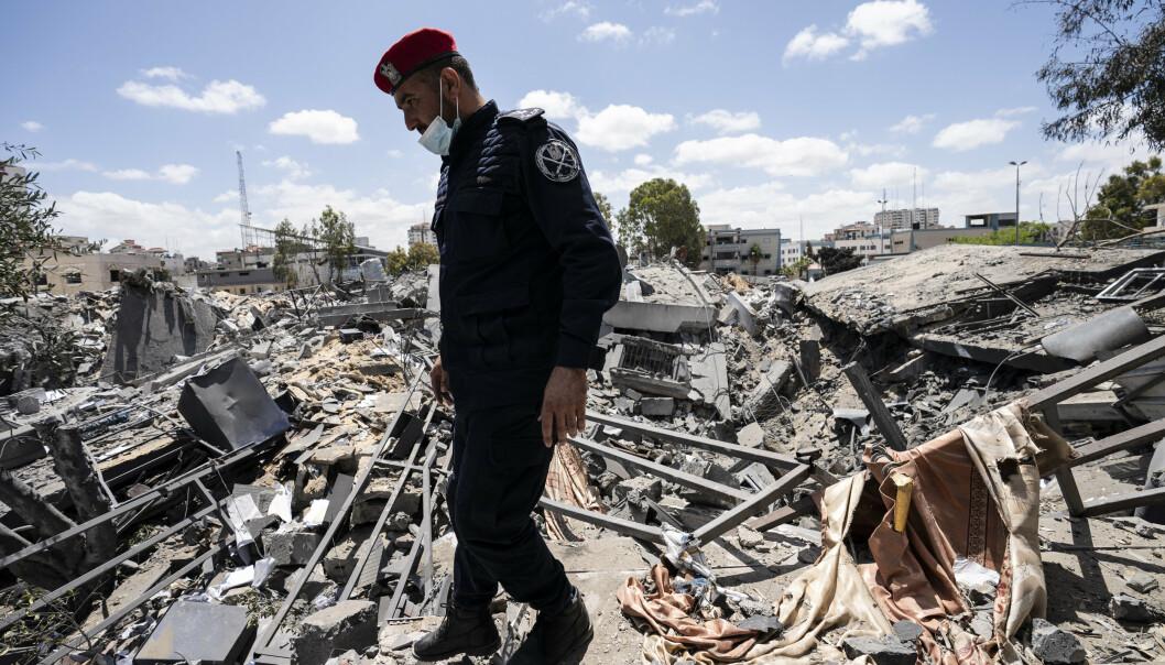 GAZA: En politimann fra Gaza i ruinene av en bygning som ble ødelagt i et israelsk luftangrep i mai.