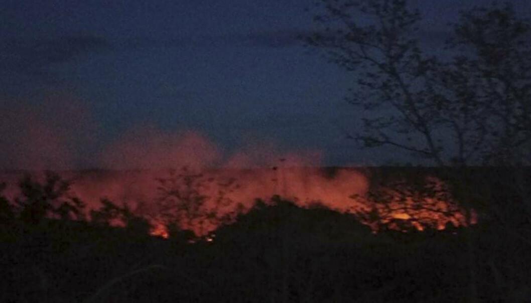 PÅTENT: Flammer stiger opp fra landsbyen Kinma sentralt i Myanmar. Innbyggere sier at flere mennesker er savnet etter at militæret satte fyr på landsbyen.