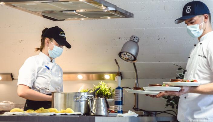 LÆRLINGER: Her lages mat i full sving. Lærling Ida Wallace Solberg trener til den kommende fagprøven sammen med kokk Simen Fromreid.