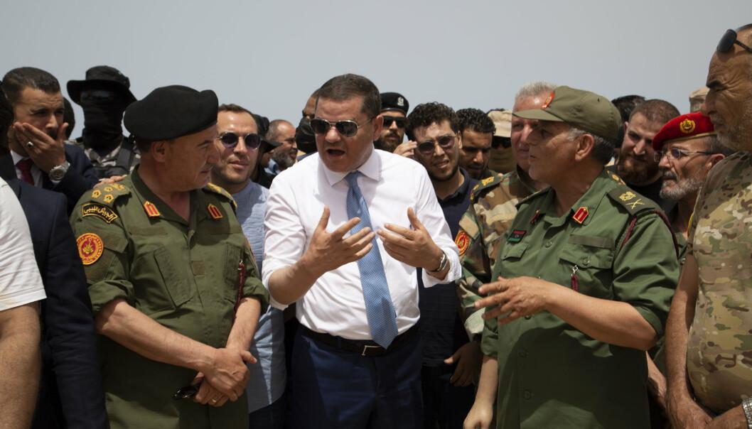 PRESIDENT: Libyas fungerende statsminister Abdul Hamid Dbeibah (i midten) skal lede landet fram mot det planlagte valget 24. desember, men rundt 20.000 utenlandske soldater og leiesoldater kan stikke kjepper i hjulene.