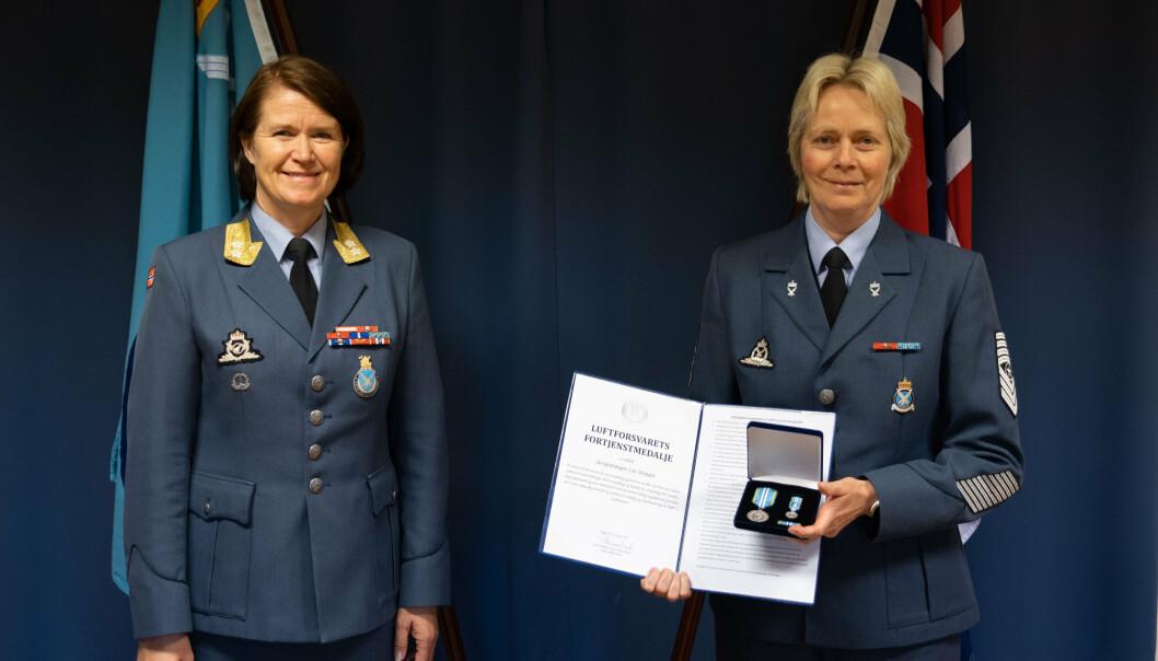 MEDALJE: Sersjantmajor Liv Strædet er tildelt Luftforsvarets fortjenstmedalje. Her er hun sammen med avtroppende sjef Luftforsvaret, Tonje Skinnarland.