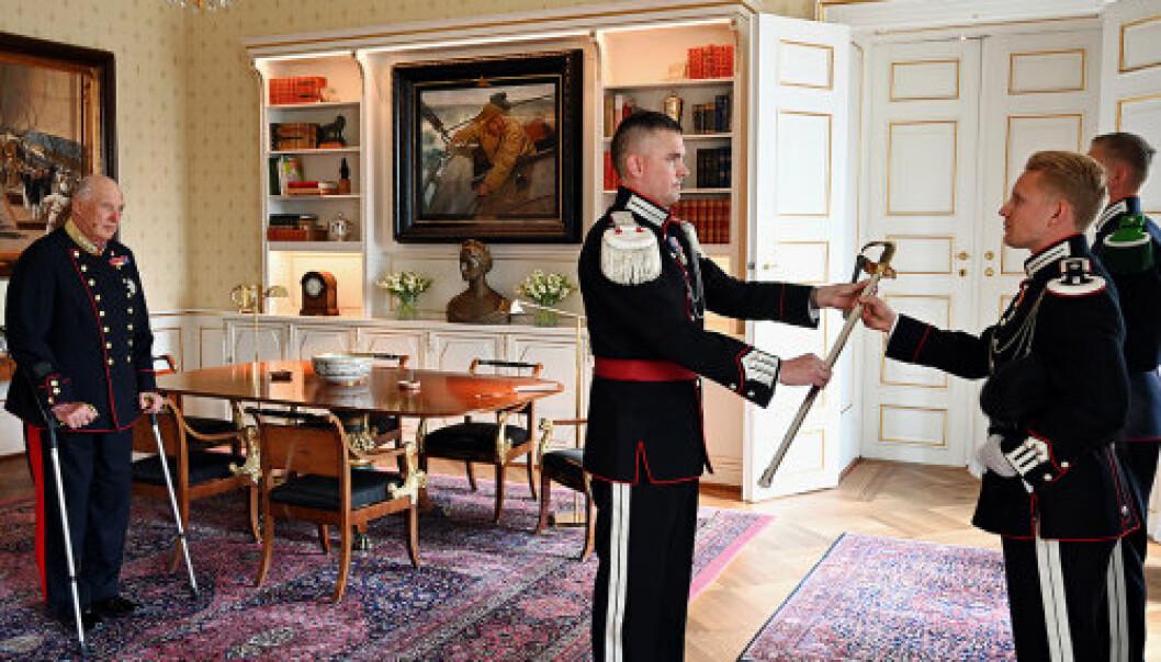SABEL: Gardesjefen overrekker Brigader Leif Schanches æresbevisning – en sabel – til sersjant 1. klasse Åsbjørn Holmen Grønbech.