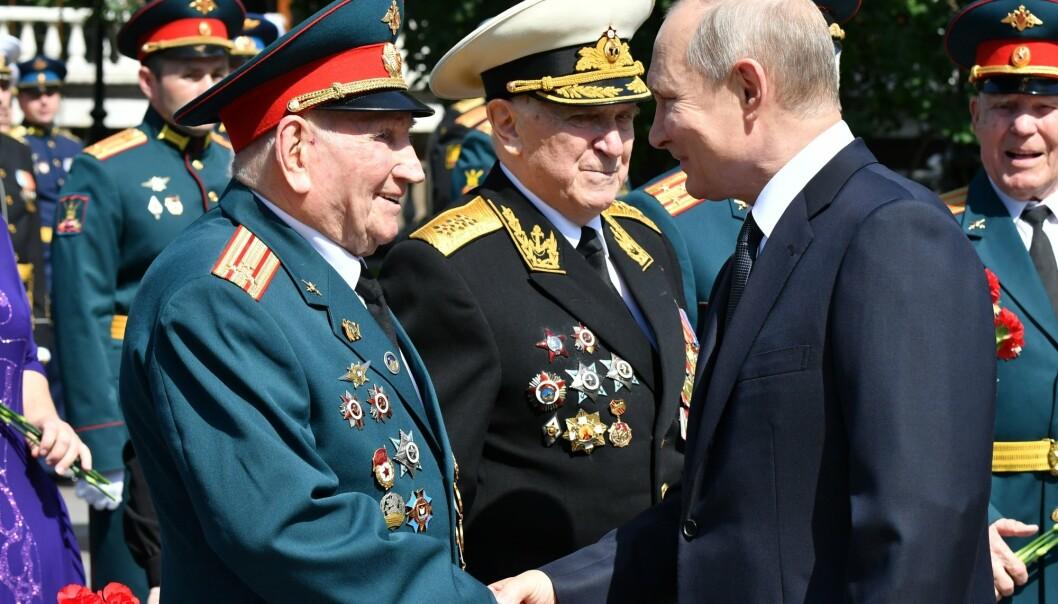VETERANER: Russlands president Vladimir Putin hilser på veteraner fra annen verdenskrig under minnestunden for starten på Nazi-Tysklands invasjon av Sovjetunionen.