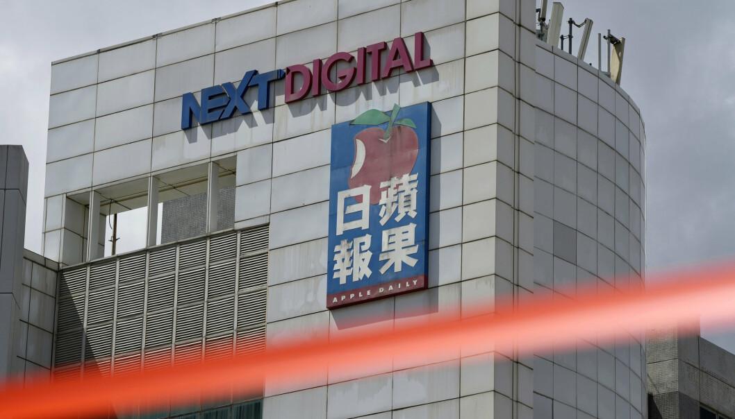 Apple Daily må legge ned driften etter at avisens kontoer er sperret.